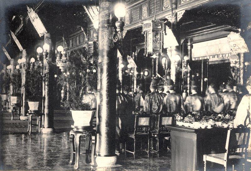 diner_donne_aux_mandarins_Palais_CanChanh.jpg (157336 octets)