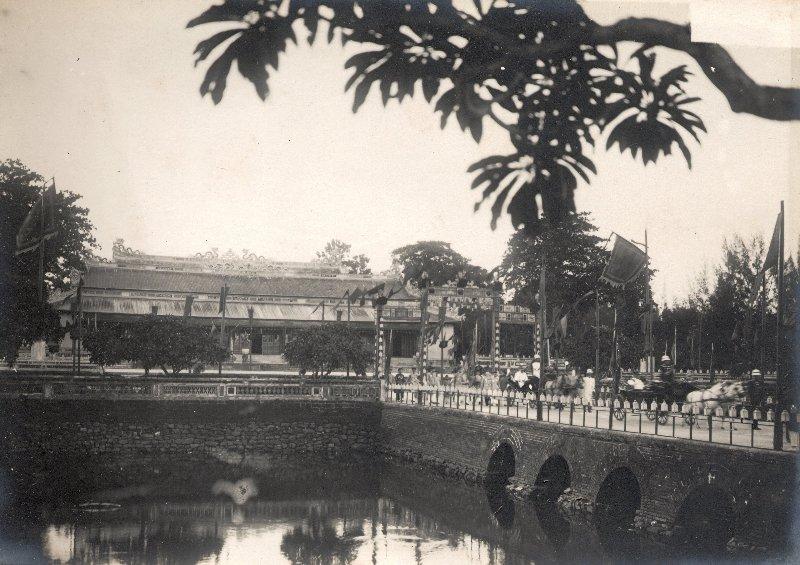 http://nguyentl.free.fr/autrefois/quarantenaire-kd/palais_Thai_Hoa.jpg